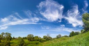 Paisaje con el cielo perfecto Foto de archivo