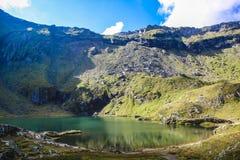 Paisaje con el lago azul profundo, mucha altitud de la montaña Foto de archivo libre de regalías