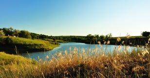 Paisaje con el lago el tarde. fotografía de archivo libre de regalías
