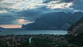 Paisaje con el lago Garda Torbole, Trentino, Italia almacen de video