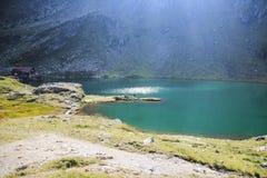 Paisaje con el lago profundo, mucha altitud de la montaña Imagen de archivo libre de regalías
