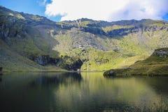 Paisaje con el lago profundo, mucha altitud de la montaña Imágenes de archivo libres de regalías