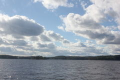 Paisaje con el lago y el cielo azul Fotografía de archivo libre de regalías