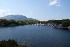 Paisaje con el lago y el cielo azules Fotografía de archivo