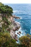 Paisaje con el mar adriático y las rocas fotografía de archivo libre de regalías
