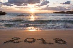 Paisaje con el mar en la salida del sol y la muestra 2018 escrita en el S foto de archivo