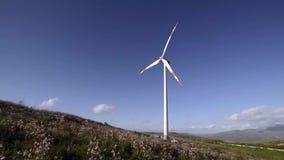 Paisaje con el molino de viento almacen de metraje de vídeo