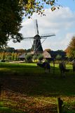 Paisaje con el molino de viento holandés tradicional del grano Fotografía de archivo libre de regalías