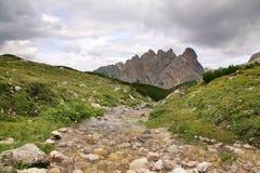 Paisaje con el pequeño arroyo - dolomías, Italia Imagen de archivo libre de regalías