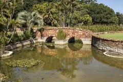 Paisaje con el puente del arco sobre un lago foto de archivo