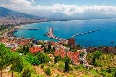 Paisaje con el puerto deportivo y la torre de Kizil Kule en la pen?nsula de Alanya, distrito de Antalya, Turqu?a, Asia Destino tu fotografía de archivo