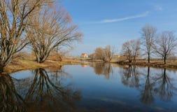 Paisaje con el río en el día del otoño Fotografía de archivo