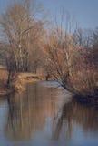 Paisaje con el río en el día del otoño Foto de archivo