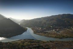 Paisaje con el río y las montañas Foto de archivo libre de regalías