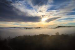 Paisaje con el sol y la niebla Imagenes de archivo
