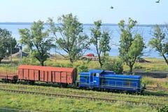 Paisaje con el tren y un lago Imagen de archivo