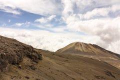Paisaje con el volcán amarre Nieve nacional del parque natural andino imagen de archivo