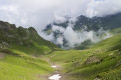 Paisaje con la alta montaña Fotografía de archivo