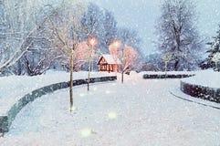 Paisaje con la casa sola iluminada - opinión de la noche del invierno del paisaje del invierno Imagen de archivo libre de regalías