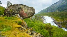 Paisaje con la cascada alta gigante en el valle Imagen de archivo libre de regalías
