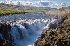 Paisaje con la cascada, Islandia Imágenes de archivo libres de regalías