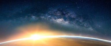 Paisaje con la galaxia de la vía láctea Opinión de la salida del sol y de la tierra del balneario foto de archivo libre de regalías