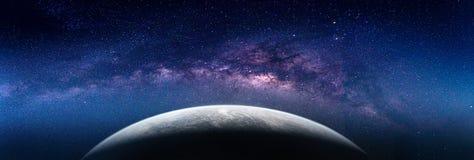 Paisaje con la galaxia de la vía láctea Opinión de la tierra del espacio con leche foto de archivo