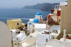 Paisaje con la iglesia en la isla de Santorini Imágenes de archivo libres de regalías