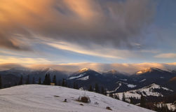 Paisaje con la luz de la salida del sol y las nubes móviles Imagen de archivo
