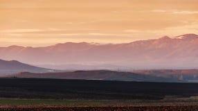 Paisaje con la montaña en la puesta del sol Imagenes de archivo