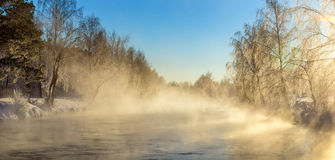 Paisaje con la niebla en el río con el bosque, Rusia, los Urales de la mañana del invierno Imágenes de archivo libres de regalías