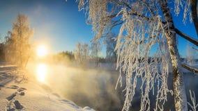 Paisaje con la niebla en el río con el bosque, Rusia, los Urales de la mañana del invierno Imagen de archivo libre de regalías