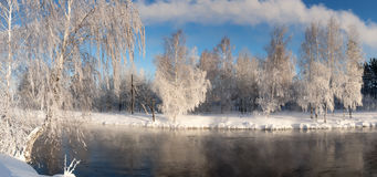 Paisaje con la niebla en el río con el bosque, Rusia, los Urales de la mañana del invierno Foto de archivo
