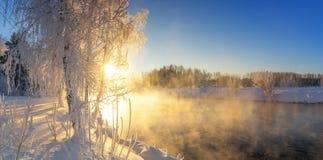 Paisaje con la niebla en el río con el bosque, Rusia, los Urales de la mañana del invierno Imagen de archivo
