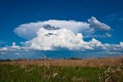 Paisaje con la nube Imagenes de archivo