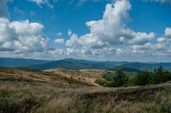 Paisaje con la opinión de las piedras de la colina Fotografía de archivo