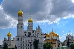 Paisaje con la opinión panorámica sobre bóvedas de las catedrales Moscú el Kremlin imagenes de archivo