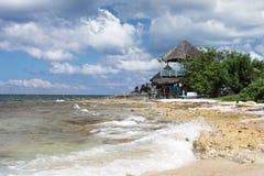 Paisaje con la opinión sobre casa de planta baja cerca del mar Fotos de archivo