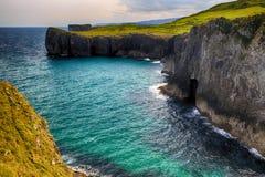 paisaje con la orilla del océano en Asturias, España Foto de archivo libre de regalías