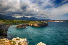 paisaje con la orilla del océano en Asturias, España foto de archivo