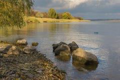 Paisaje con la orilla rocosa en el río de Dnepr Fotografía de archivo libre de regalías