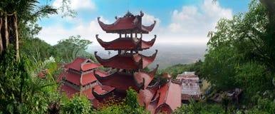 Paisaje con la pagoda en la montaña TA Ku. Vietnam Imágenes de archivo libres de regalías