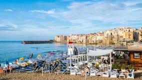 Paisaje con la playa y Cefalu imagen de archivo