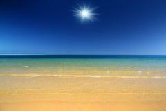 Paisaje con la playa y el mar de la arena del oro Fotografía de archivo