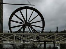 Paisaje con la rueda agua-conducida delante de un puente foto de archivo