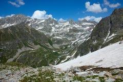 Paisaje con las altas montañas Foto de archivo