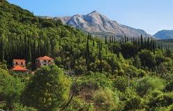Paisaje con las casas y la montaña Imagen de archivo
