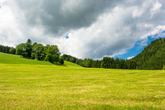Paisaje con las colinas en Austria Fotos de archivo