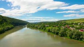 Paisaje con las colinas y el pueblo del río almacen de video