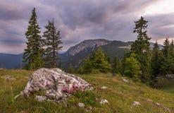 Paisaje con las montañas debajo de las nubes imagen de archivo libre de regalías